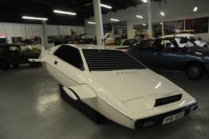 Lotus : Esprit Fins & Retractable Wheels Photo