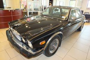 This is a beautiful Jaguar 1987, comes with leather seats, and has all services