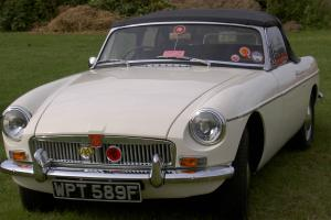 MGB ROADSTER - OLD ENGLISH WHITE - BEAUTIFUL RESTORED CAR Photo