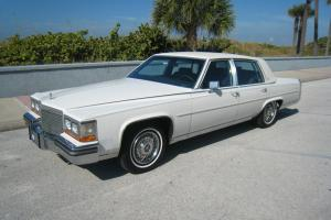 Cadillac : Fleetwood Base Sedan 4-Door