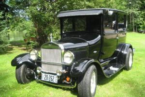 Ford : Model T 2 dr sedan, with beautiful pin stripe