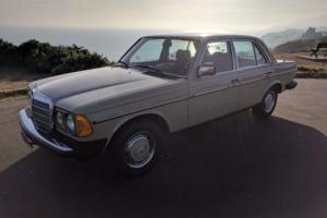 1982 Mercedes-Benz 200-Series Photo