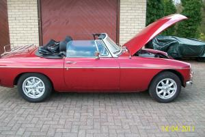 MG B ROADSTER RED CONVERTABLE CAR IMMACULATE CONDITION