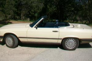 1987 MERCEDES BENZ 560SL COUPE WITH HARD AND SOFT TOP, IVORY WITH BLUE INTERIOR